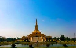 Guld- pagod med bakgrund för blå himmel Arkivbild