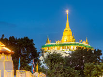 Guld- pagod med trafikljusrörelse Arkivbild
