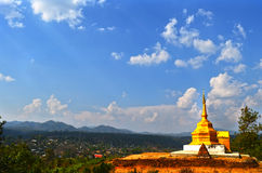 Guld- pagod på landskullen Arkivfoton