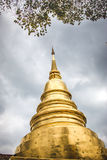 Guld- pagod på Phra Singh Temple royaltyfri foto