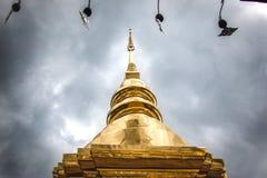 Guld- pagod på Phra Singh Temple arkivbild