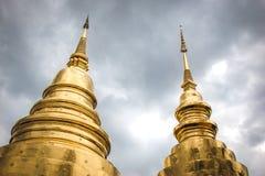 Guld- pagod på Phra Singh Temple royaltyfria foton