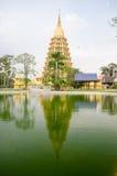 Guld- pagod på Wat Tha-honom, Angthong landskap Arkivbild