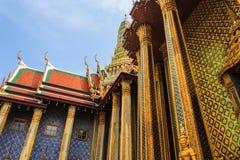 Guld- pagod thailändska Stupa i storslagen slott - på Wat Phra Kaew, Tem Arkivfoto