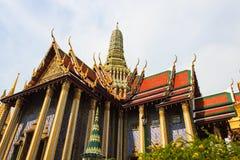 Guld- pagod thailändska Stupa i storslagen slott - på Wat Phra Kaew, Tem Arkivfoton