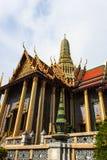 Guld- pagod thailändska Stupa i storslagen slott - på Wat Phra Kaew, Tem Royaltyfri Bild