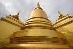 Guld- Pagoda i den storslagna slotten bangkok, Thailand för Wat prakaew. Arkivbild