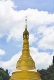 Guld- pagoda med den blåa skyen Arkivfoton