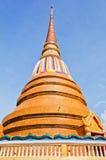 Guld- pagoda på det thailändska tempelet, Khonkaen Thailand Arkivfoto