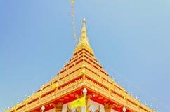 Guld- pagoda på det thailändska tempelet, Khonkaen Thailand Royaltyfri Bild