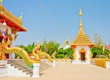 Guld- pagoda på det thailändska tempelet, Khonkaen Thailand Royaltyfri Fotografi