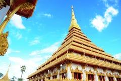 Guld- pagoda på det Wat Nong Wang tempelet, Khonkaen Thailand royaltyfria bilder