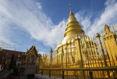 Guld- Pagoda på Wat Phra som Hariphunchai, Lamphun landskap, Thailand Arkivbild