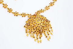Guld- par av örhängen, guld- halsband fotografering för bildbyråer