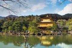 Guld- paviljong (den Kinkakuji templet) royaltyfri fotografi