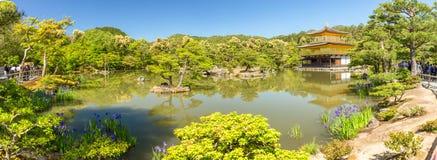 Guld- paviljong i Kyoto, Japan - panoramautsikt arkivfoto