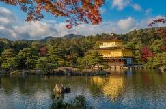 Guld- paviljong Kinkaku-ji för buddistisk tempel, Kyoto, Japan Arkivfoton