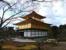 Guld- Pavillion (den Kinkaku-ji templet), Kyoto, Japan Royaltyfri Bild