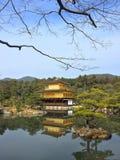 Guld- pavillion i den Kinkakuji templet Japan Arkivbilder