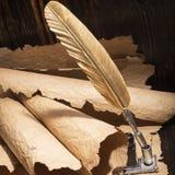 Guld- penna och forntida manuskript Arkivfoton