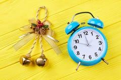 Guld- pilbåge med klirr-klockan och ringklockan royaltyfri foto