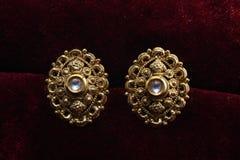 Guld- pläterade smycken - önska den märkes- guld- örhängemakrobilden royaltyfria bilder