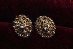 Guld- pläterade smycken - önska den märkes- guld- örhängemakrobilden arkivfoton