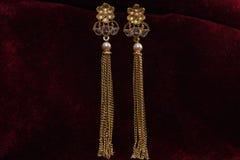 Guld- pläterade smycken - önska den märkes- guld- örhängemakrobilden royaltyfri fotografi