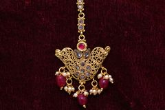 Guld- pläterade smycken - för closeupmakro för utsmyckat märkes- guld- huvud åtföljande bild arkivbilder