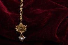 Guld- pläterade smycken - för closeupmakro för utsmyckat märkes- guld- huvud åtföljande bild royaltyfria foton