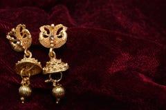 Guld- pläterade smycken - utsmyckat märkes- guld- par av bilden för örhängecloseupmakro arkivfoton