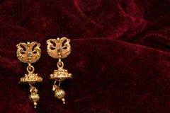 Guld- pläterade smycken - utsmyckat märkes- guld- par av bilden för örhängecloseupmakro fotografering för bildbyråer