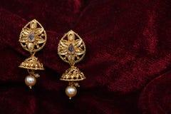 Guld- pläterade smycken - utsmyckat märkes- guld- par av bilden för örhängecloseupmakro royaltyfria foton