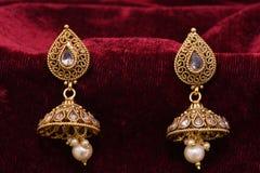 Guld- pläterade smycken - utsmyckat märkes- par av den guld- bilden för örhängecloseupmakro arkivbilder