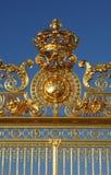 Guld- port av den Versailles slotten Arkivbild