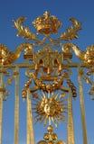 Guld- port av den Versailles slotten Arkivbilder