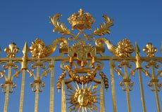 Guld- port av den Versailles slotten Arkivfoton