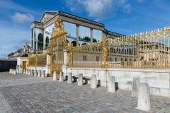 Guld- port av slotten Versailles nära Paris, Frankrike Royaltyfria Bilder