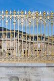 Guld- port av slotten Versailles nära Paris, Frankrike Arkivfoto