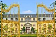 Guld- port i Herrenhausen trädgårdar, Hannover, Tyskland royaltyfria foton