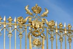 Guld- port med prydnadslotten Versailles nära Paris, Frankrike Arkivfoton