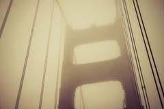 Guld- port när solnedgång med dimma i vinter, San Francisco, Califor Arkivfoton