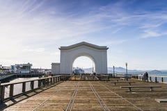 Guld- port när solnedgång med dimma i vinter, San Francisco, Califor Royaltyfri Foto