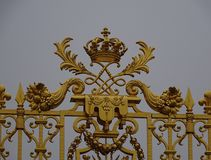 Guld- port på Palais du Versailles, Ile de France Royaltyfri Bild