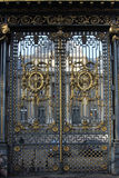 Guld- port på rättvisaslotten i Paris Arkivbild