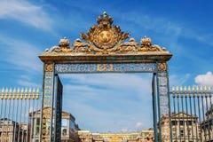 Guld- port på slotten av Versailles i Frankrike Arkivbilder