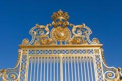 Guld- port på Versailles. Arkivbild