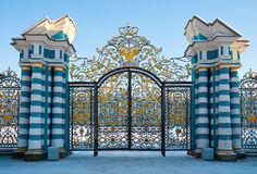 Guld- portar av den Catherine slotten Royaltyfria Bilder