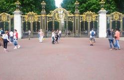 Guld- portar på slotten Royaltyfri Foto