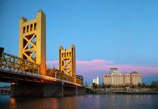 Guld- portdrawbridge i Sacramento Royaltyfri Foto